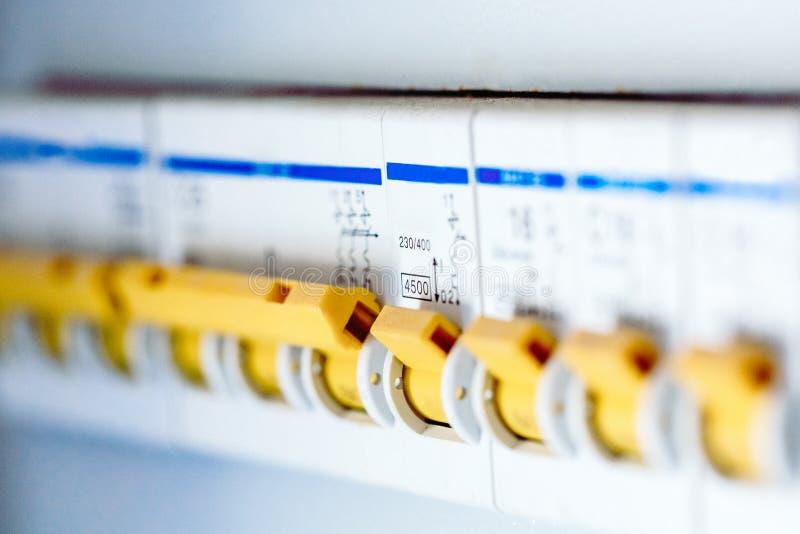 Il centralino di tensione con gli interruttori è è nella posizione di funzionamento nella scatola elettrica Priorità bassa elettr immagine stock
