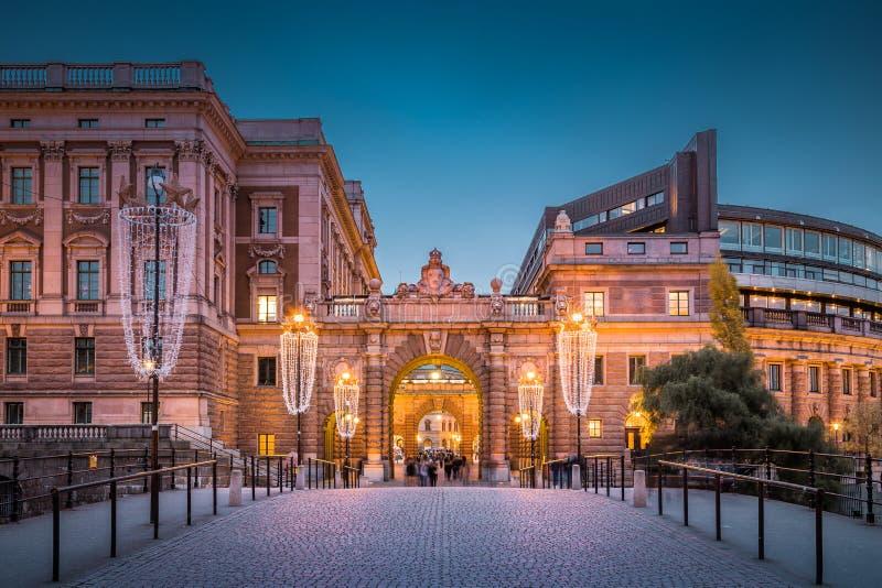 Il centro città di Stoccolma con il palazzo del parlamento Riksdak a Crescita di Twilight, Svezia, Scandinavia immagine stock
