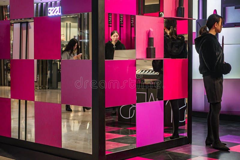 Il centro commerciale di Xinjiekou vende le stalle dei cosmetici fotografie stock