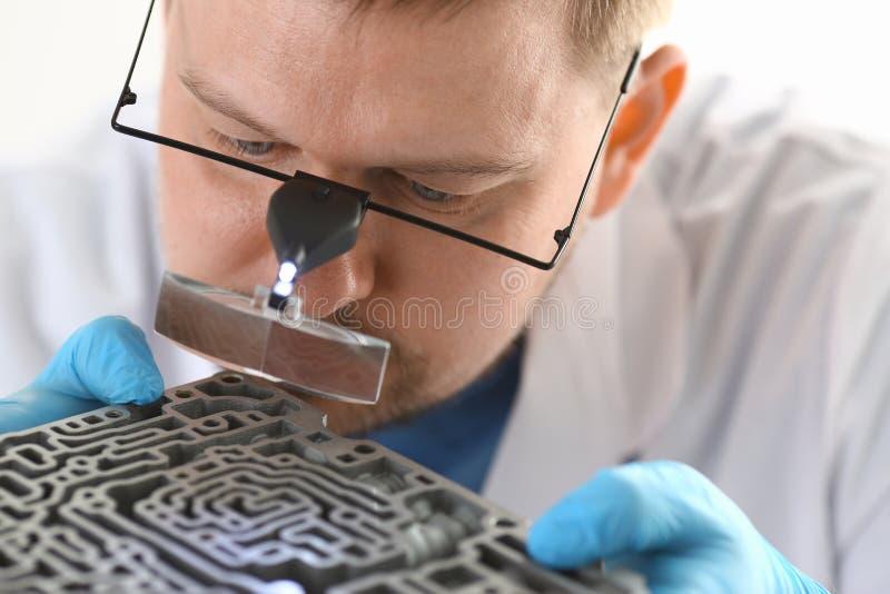 Il centro di auto-cura del riparatore sulla riparazione tiene a disposizione fotografia stock