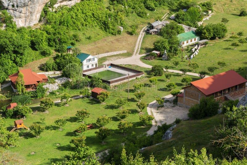 Il centro ricreativo di Eski-Kermen è situato nella trave di Gurla vicino alla città medievale della caverna di Eski-Kermen immagini stock libere da diritti