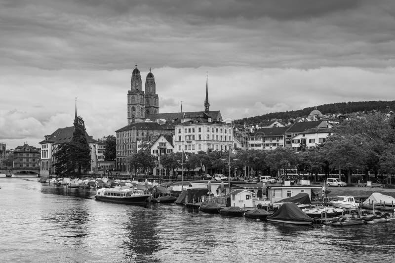 Il centro urbano di Zurigo con la chiesa di Grossmunster e Limmat rive, Swi immagini stock libere da diritti