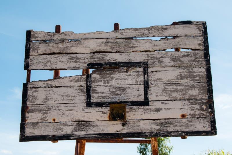 Il cerchio di pallacanestro è bordo rotto e di legno nocivo fotografia stock libera da diritti