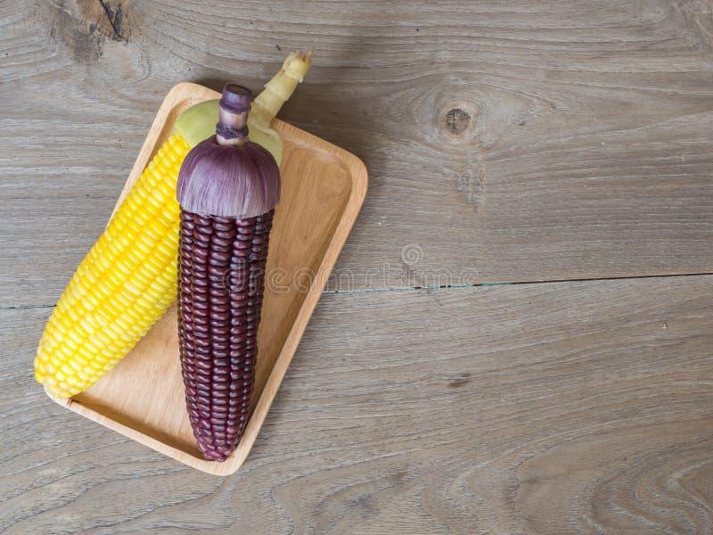 Il cereale insegue bollito e delizioso sul piatto di legno e sul piatto sulla tavola di legno Il colore di cereale è giallo e mar fotografie stock libere da diritti