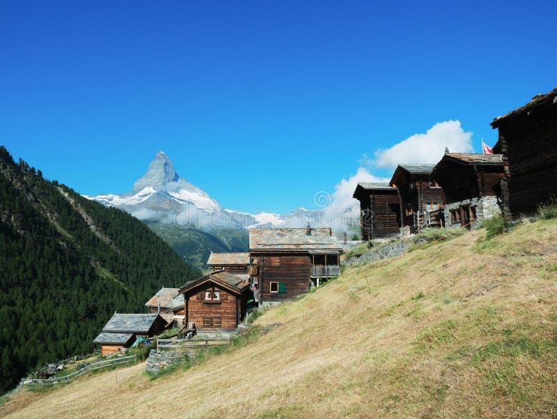 Il Cervino con le case storiche in Zermatt immagini stock libere da diritti