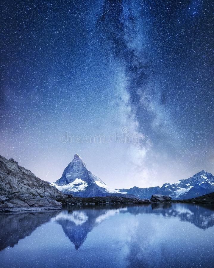 Il Cervino e la riflessione sull'acqua sorgono alla notte Via Lattea sopra il Cervino, Svizzera fotografia stock