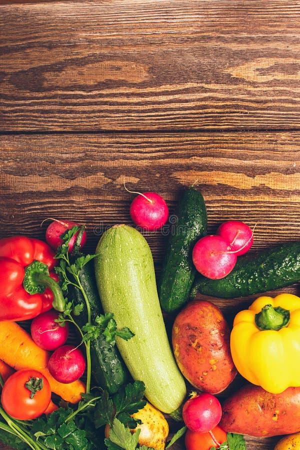 Il cetriolo maturo dello zucchini delle verdure del raccolto fresco si inverdisce il pepe presentato su un fondo di legno Raccolt fotografie stock libere da diritti