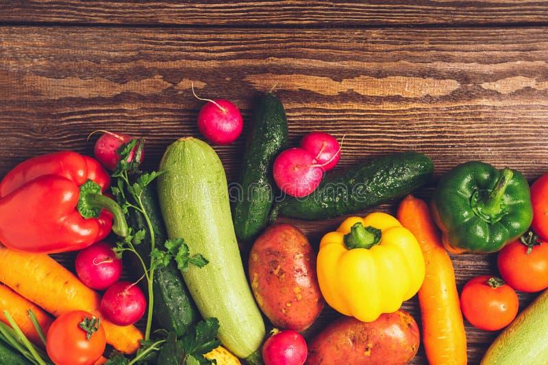 Il cetriolo maturo dello zucchini delle verdure del raccolto fresco si inverdisce il pepe presentato su un fondo di legno Raccolt fotografia stock libera da diritti
