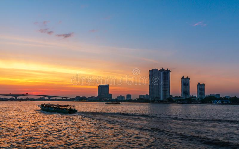 Il Chao Phraya al tramonto Il paesaggio di traffico del fiume nella città di Bangkok che anche Chao Phraya River View immagine stock