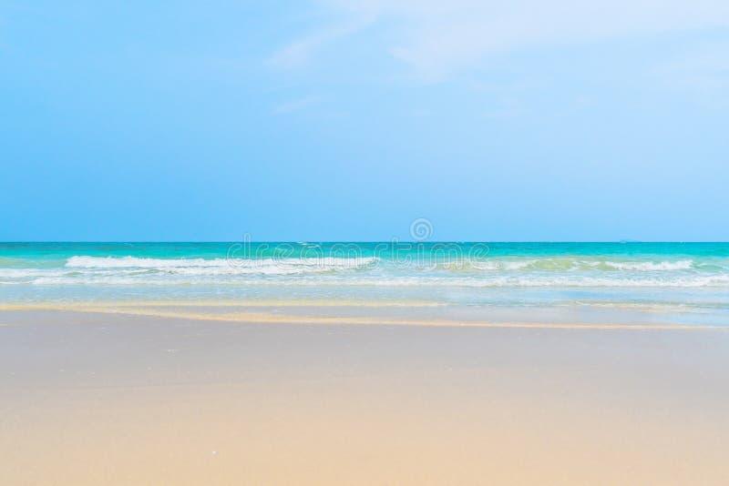 Il chiaro oceano bianco tropicale perfetto idilliaco del turchese e della spiaggia sabbiosa innaffia immagini stock