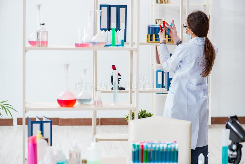 Download Il Chimico Femminile Che Lavora Nel Laboratorio Dell'ospedale Fotografia Stock - Immagine di farmaceutico, analizzare: 117977190