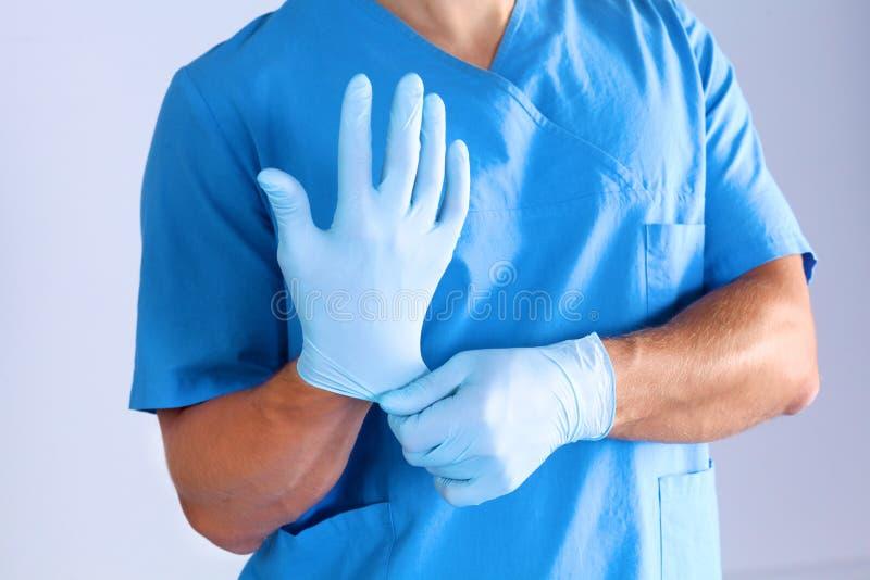 Il chirurgo indossa i guanti prima di chirurgia Primo piano fotografia stock libera da diritti