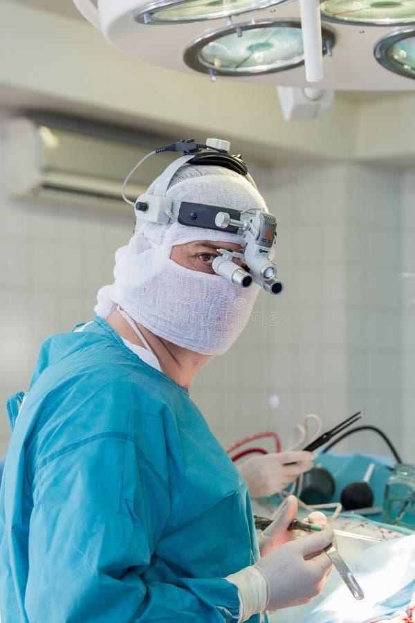 Il chirurgo nella sala operatoria fotografia stock