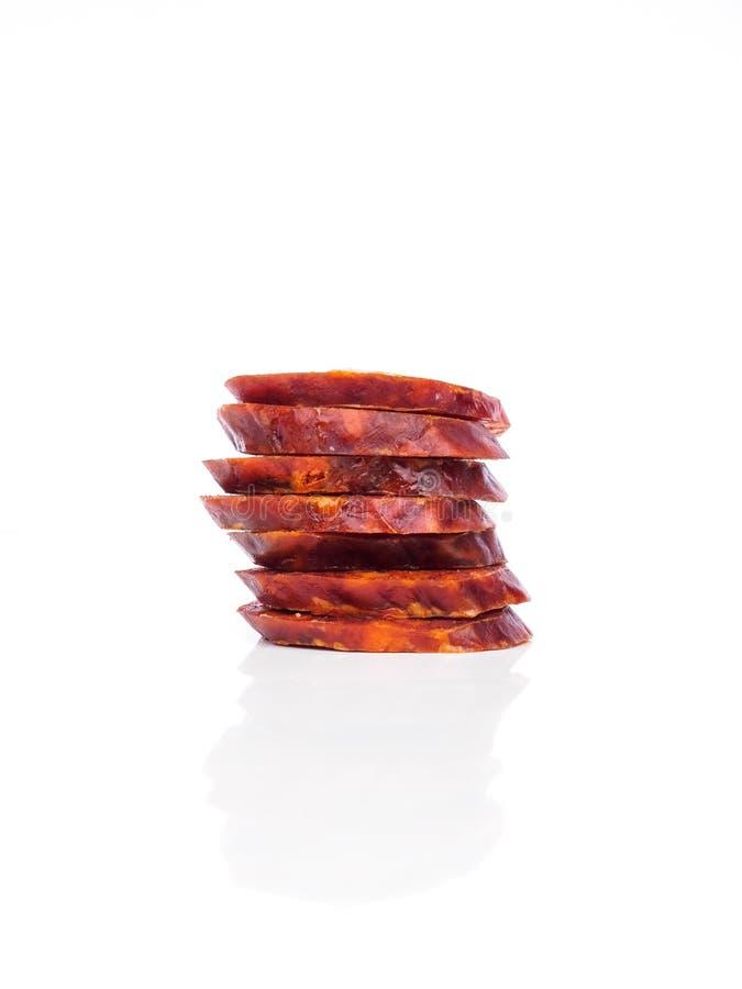 Il chorizo iberico, il ‹spagnolo del †del ‹del †del chorizo o la salsiccia spagnola incidono le fette hanno dispost fotografie stock