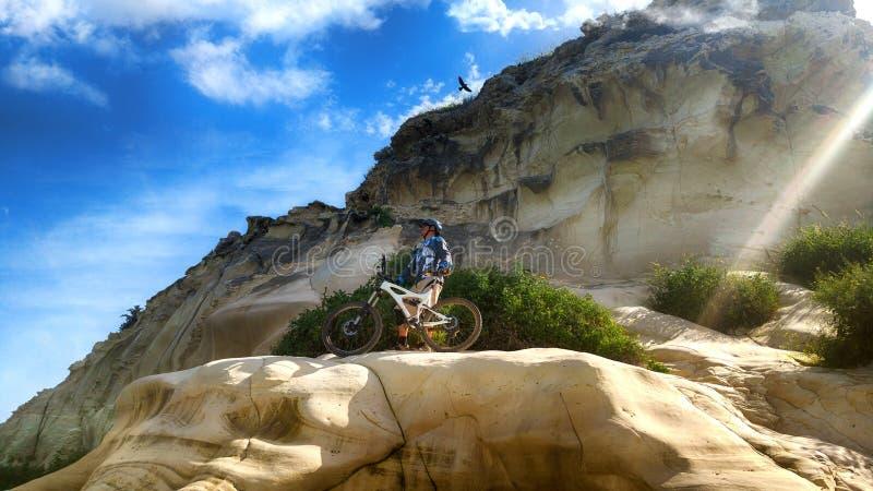Il ciclista della montagna ammira le viste dalla montagna storica fotografia stock