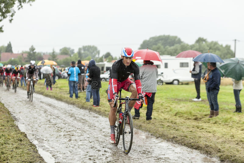 Il ciclista Gatis Smukulis su una strada Cobbled - Tour de France 2 fotografia stock