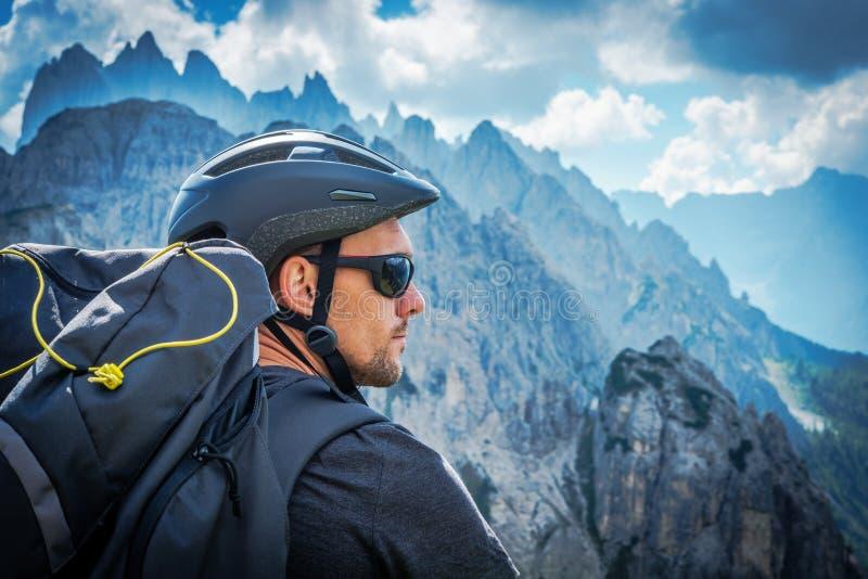 Il ciclista in mountain-bike immagine stock