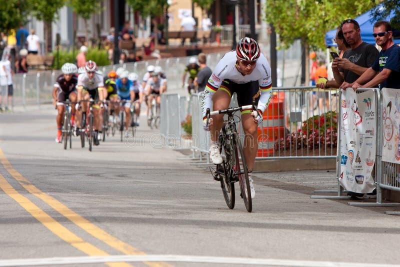 Il ciclista si separa dal pacchetto nell'evento di Criterium fotografia stock