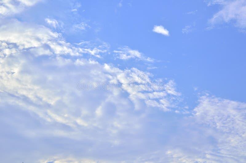 Il cielo è luminoso immagine stock