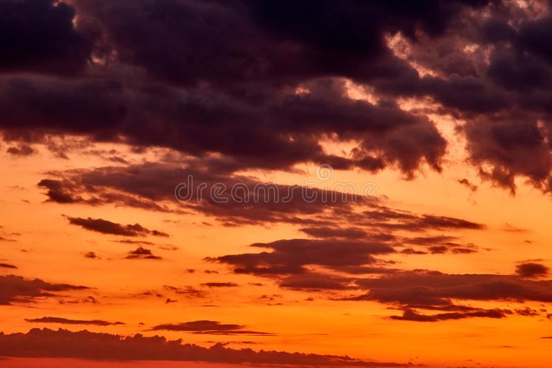 Il cielo al tramonto Un tumulto dei colori fotografia stock libera da diritti
