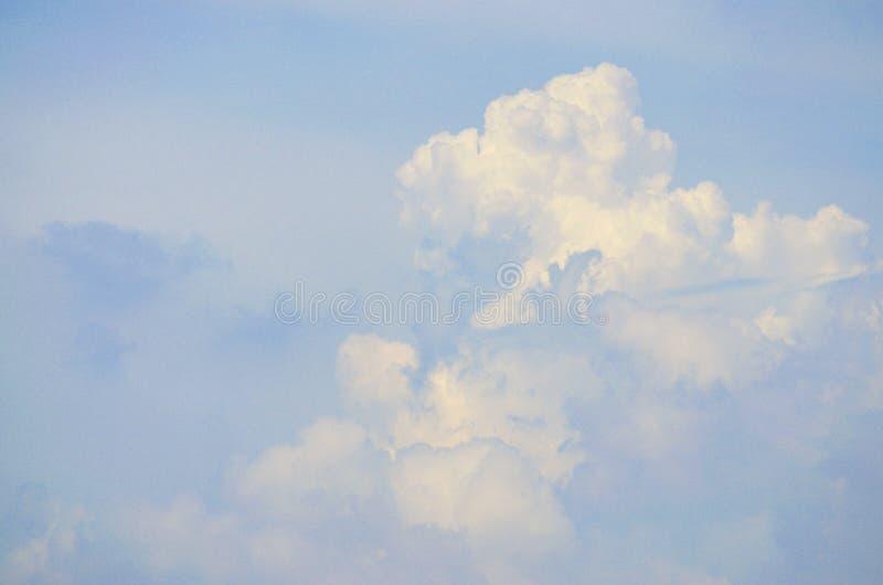 Il cielo blu con bianco si apanna la priorità bassa fotografia stock libera da diritti
