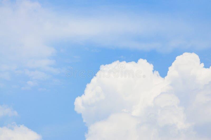 Il cielo blu con bianco si apanna la priorità bassa fotografia stock