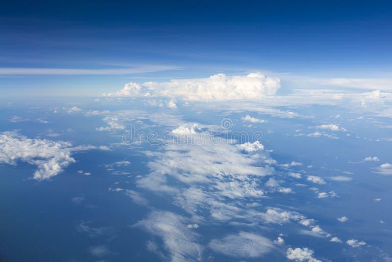 Il cielo blu con bianco si rannuvola l'Amazonas, Colombia fotografie stock