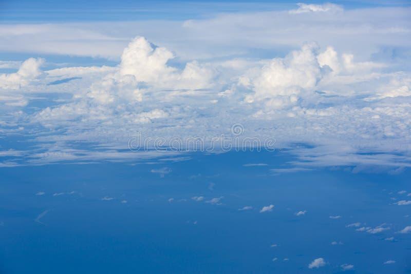 Il cielo blu con bianco si rannuvola l'Amazonas, Colombia fotografia stock
