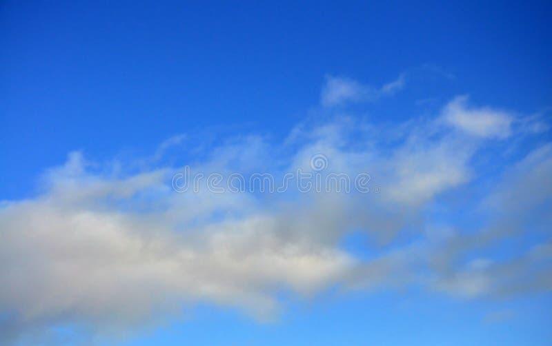 Il cielo blu con le nubi fotografia stock