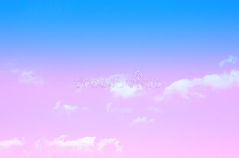 Il cielo blu e le nuvole bianche si rilassano la carta da parati di colore pastello della foto fotografia stock
