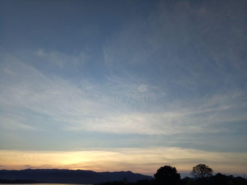 Il cielo blu e le nuvole di cirrostrato al bello fotografie stock libere da diritti