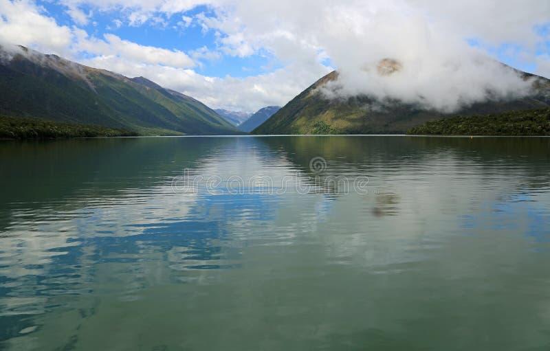 Il cielo blu e si rannuvola il lago Rotoiti fotografia stock