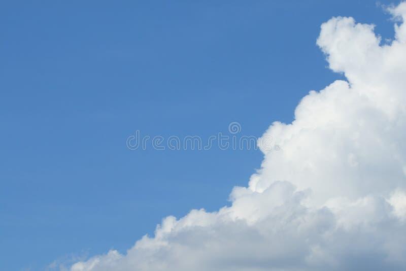 Il cielo blu ha nuvole bianche fotografie stock libere da diritti
