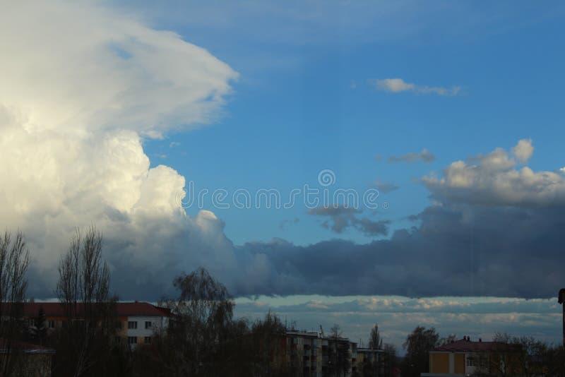 Il cielo blu, la natura, il cielo dopo una pioggia fotografia stock