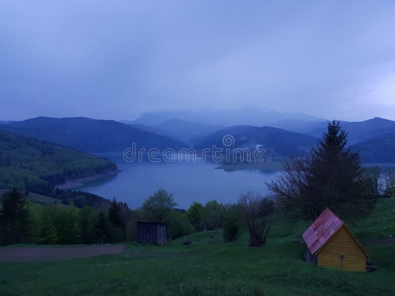 Il cielo blu, nebbia gode del momento immagine stock libera da diritti