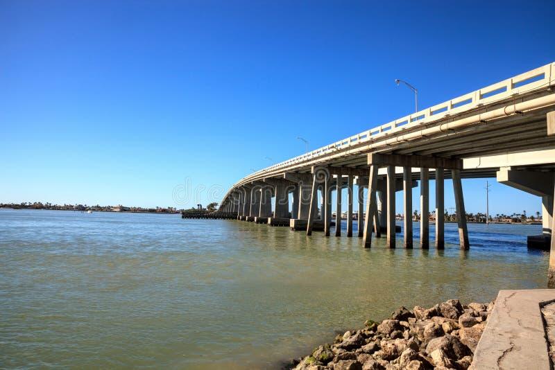 Il cielo blu sopra la carreggiata del ponte quella viaggia su Marco Island fotografia stock
