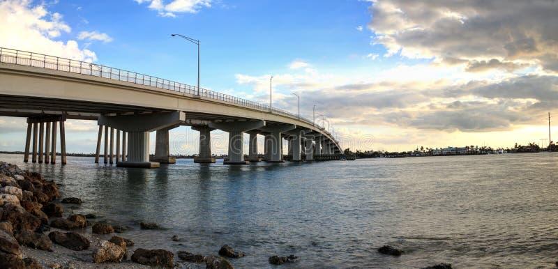 Il cielo blu sopra la carreggiata del ponte quella viaggia su Marco Island immagine stock libera da diritti
