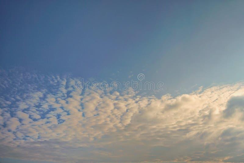 Il cielo che divide il cielo senza le nuvole Ed un altro si separano le nuvole fotografia stock libera da diritti