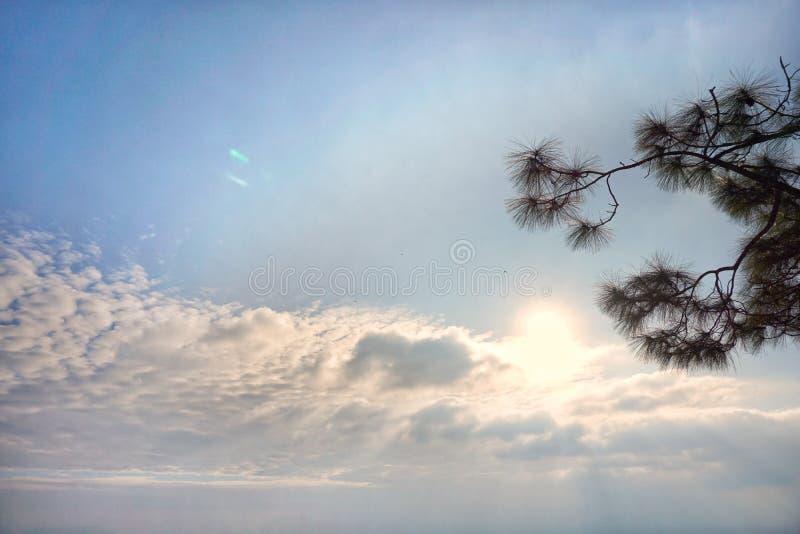 Il cielo che divide il cielo senza le nuvole Ed un altro si separano le nuvole immagini stock