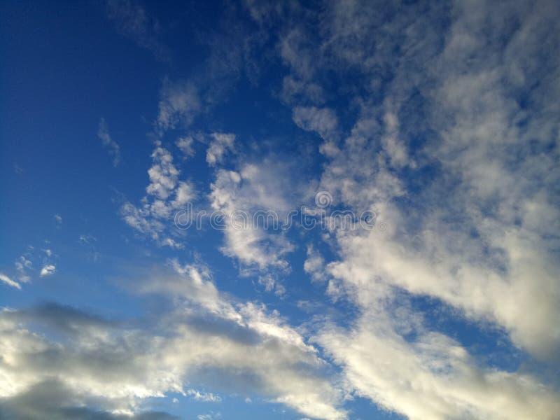 Il cielo con le belle nuvole bianche fotografie stock