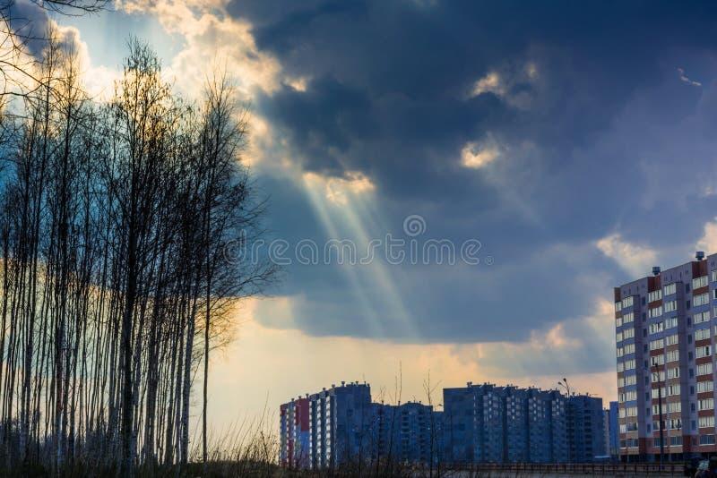 il cielo con le nuvole prima della pioggia e del tuono, attraverso le nuvole attraversa i raggi del sole, una combinazione di nat fotografia stock libera da diritti