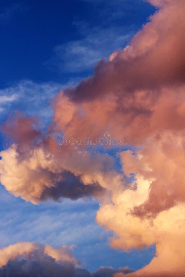 Il cielo del tramonto a Parigi con il mignolo drammatico si appanna la Francia fotografie stock libere da diritti
