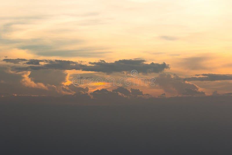Il cielo di sera del paesaggio e la luce di tramonto fotografia stock