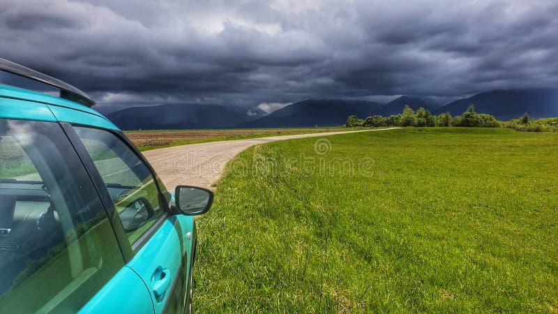 Il cielo di Stormy sulle montagne fotografie stock libere da diritti