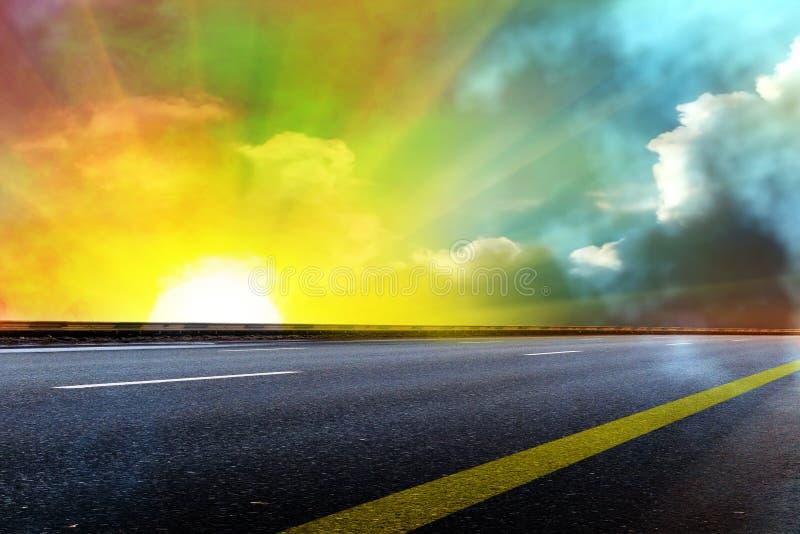 Il cielo di Sun si apanna la strada fotografia stock