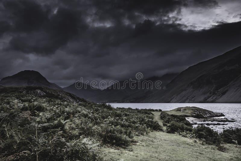 Il cielo drammatico con buio si rannuvola la valle scenica della montagna nel distretto del lago, Inghilterra fotografia stock