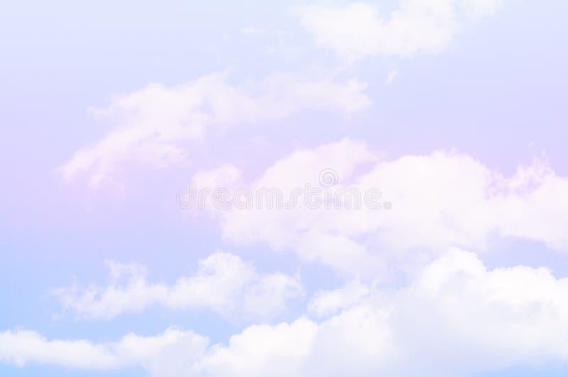 Il cielo e le nuvole di colore pastello balzano, fondo dell'estate fotografia stock libera da diritti