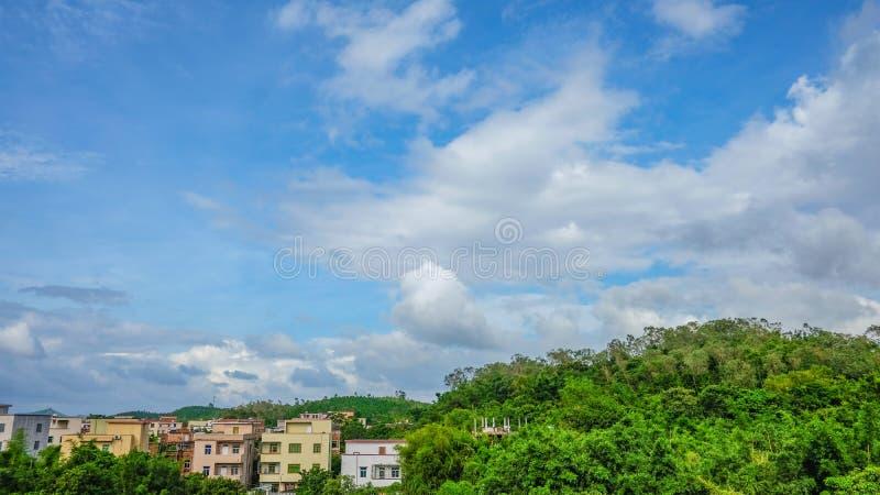 Il cielo ed il villaggio fotografia stock libera da diritti
