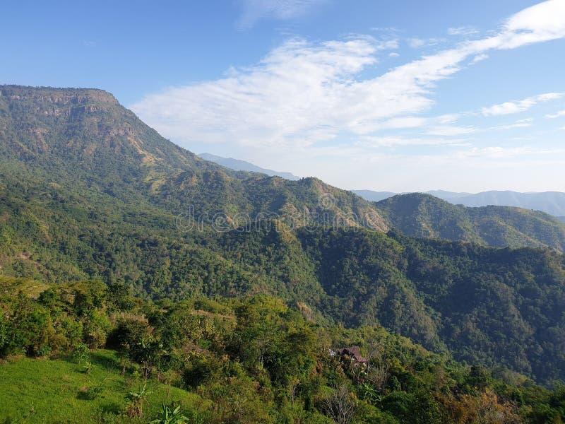Il cielo, le montagne, il vento è molto bello a Phu Tupberk in Tailandia immagini stock