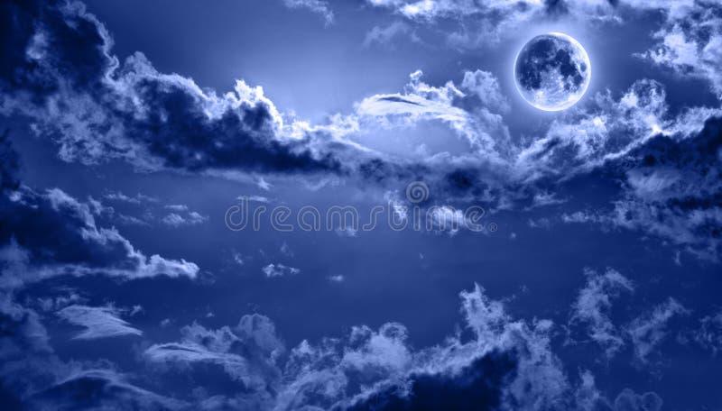 Il cielo notturno romantico si è illuminato dalla luna piena fotografia stock